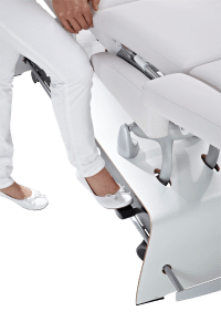 Mit dem Fuß bedienbar, wird die Liege auf Ihre Lenkrollen gestellt.